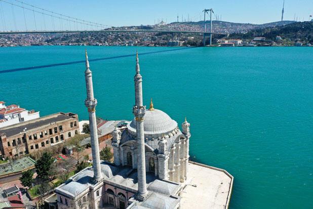 İstanbul boğaza turkuaza büründü