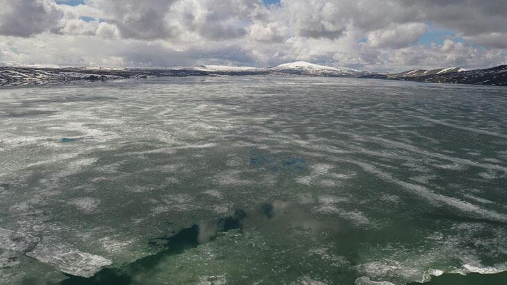 Nazik Gölü'nde buzlar erimeye başladı